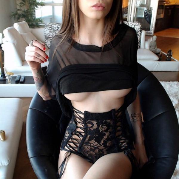巨乳ガールの下乳の魅力 13