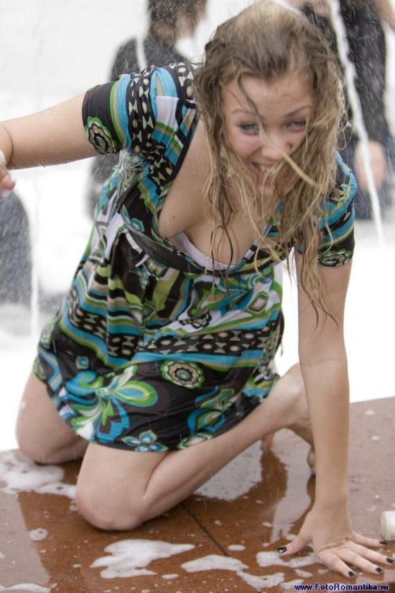 噴水で水遊びする白人の女の子 in ロシア 20