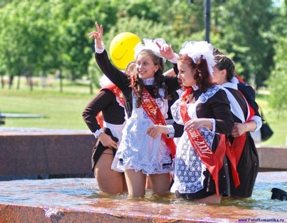 噴水で水遊びする白人の女の子 in ロシア 14