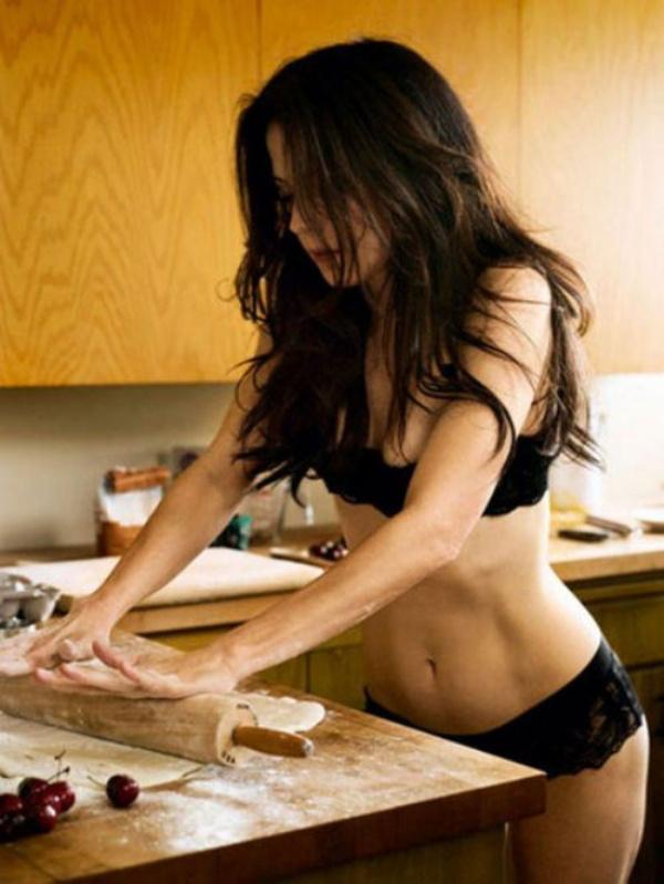 下着姿でキッチンで料理するセクシーな白人美女 43
