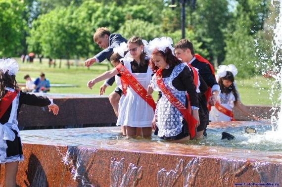 噴水で水遊びする白人の女の子 in ロシア 41