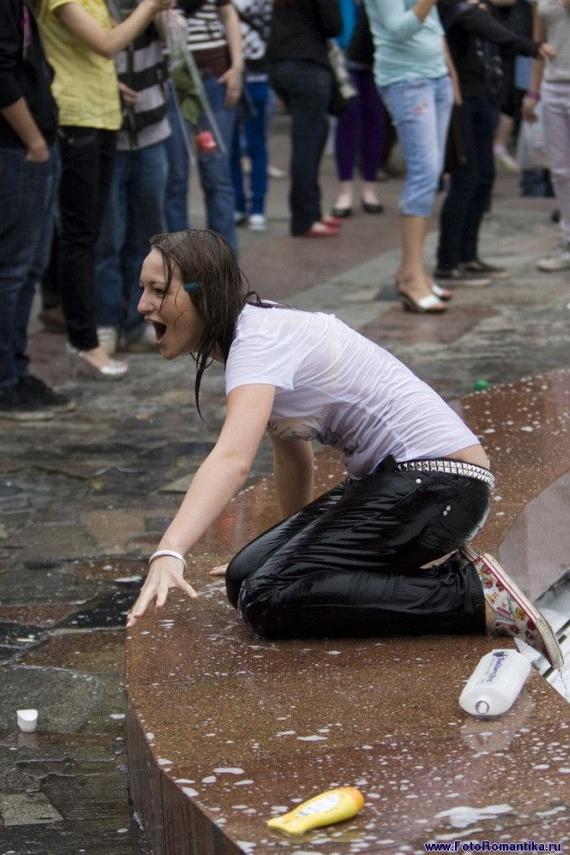 噴水で水遊びする白人の女の子 in ロシア 36