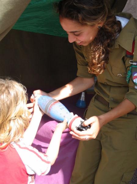 爆弾を抱えるイスラエル美少女