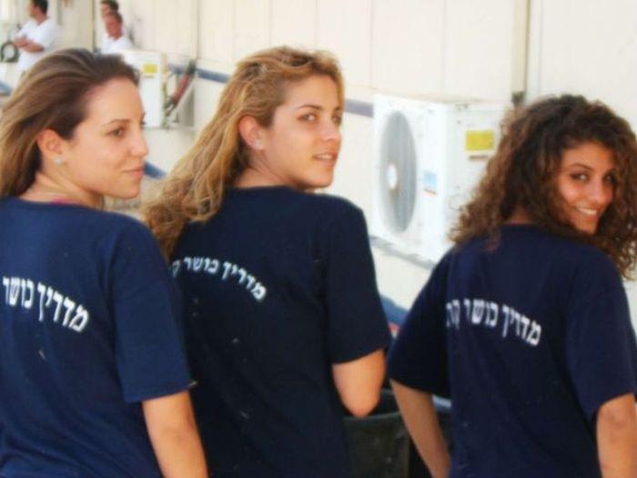 Tシャツ姿のイスラエル女性