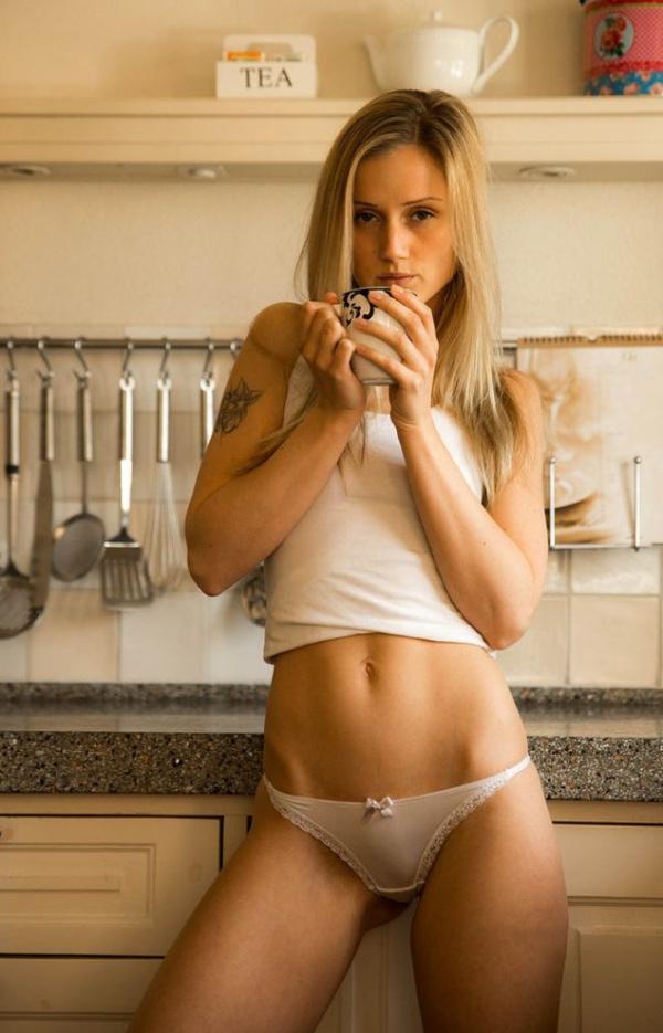 下着姿でキッチンで料理するセクシーな白人美女 3