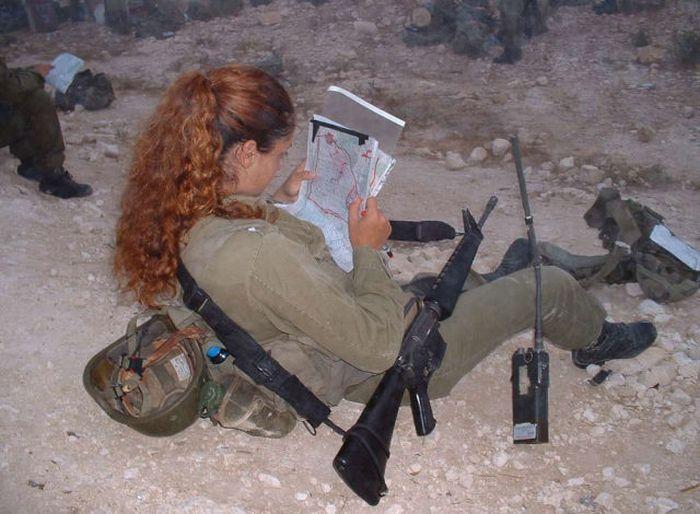 地図を確認する女性兵士