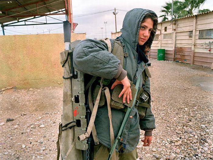 防寒装備の美人兵士