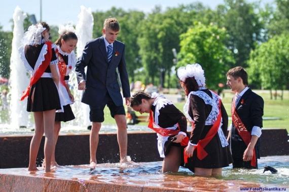 噴水で水遊びする白人の女の子 in ロシア 55