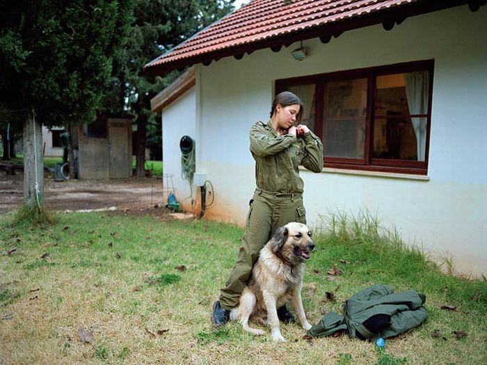 軍犬と訓練をするイスラエル軍の女性兵士 2