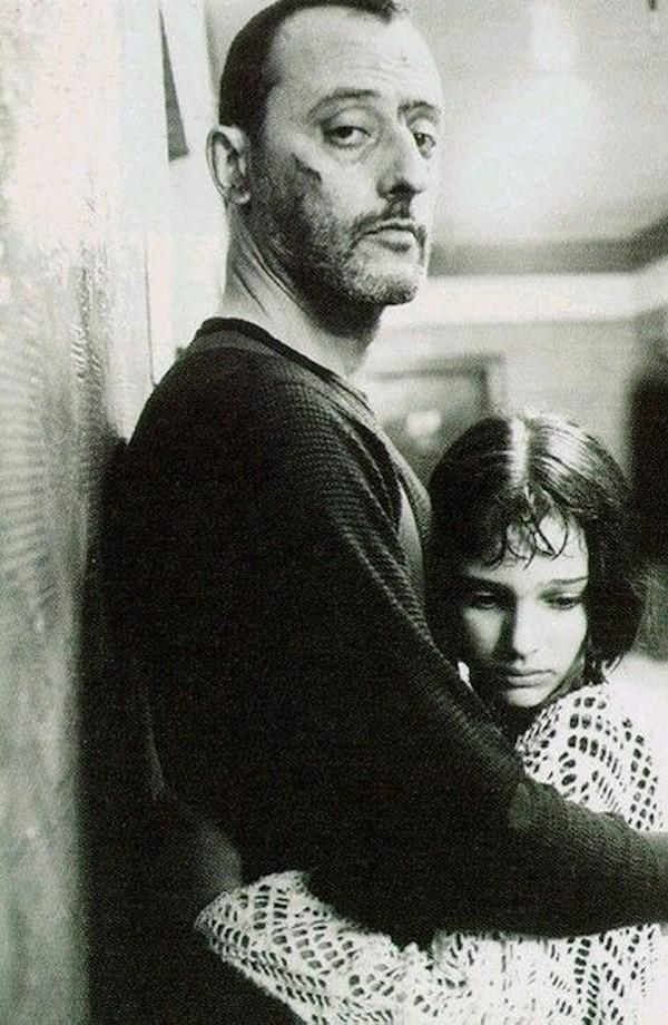 抱き合うレオンとマチルダ、白黒写真