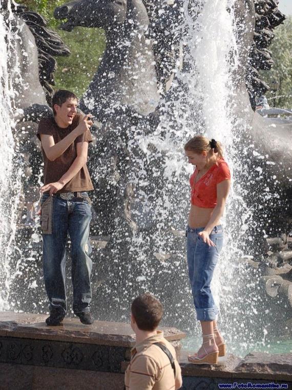 噴水で水遊びする白人の女の子 in ロシア 37
