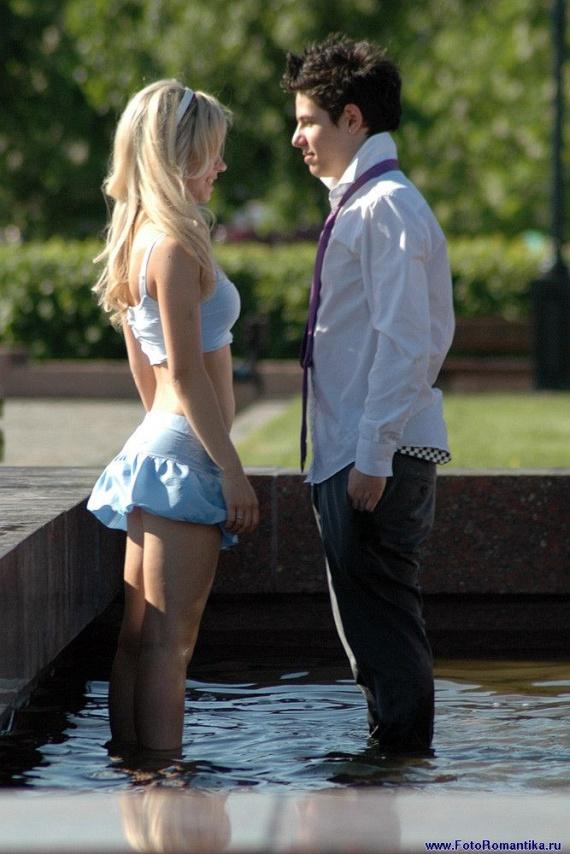 噴水で水遊びする白人の女の子 in ロシア 22