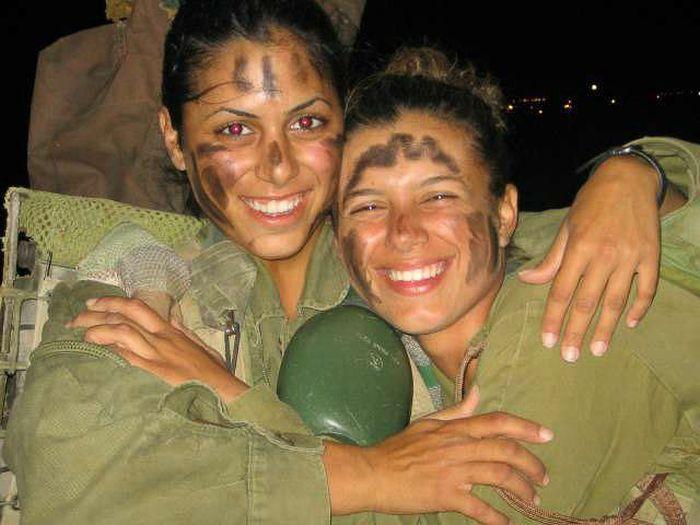 顔に迷彩する女性兵士