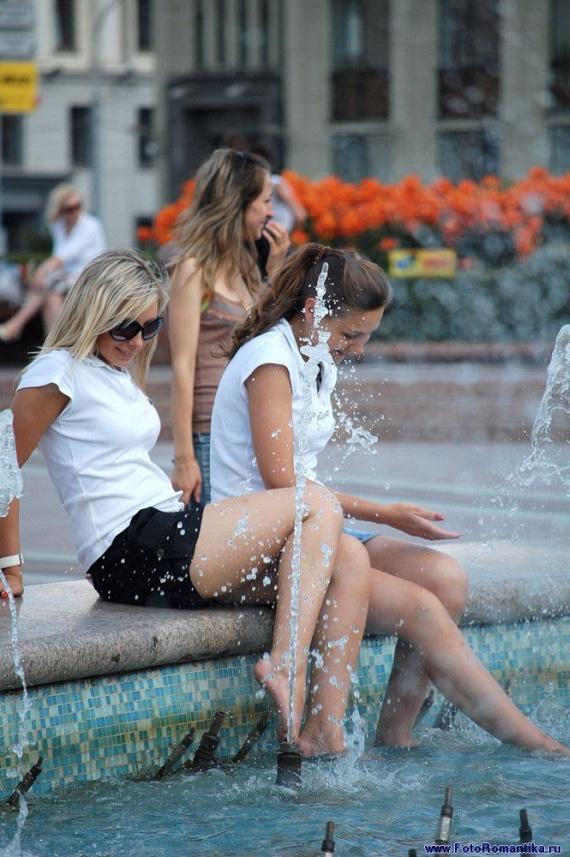 噴水で水遊びする白人の女の子 in ロシア 51