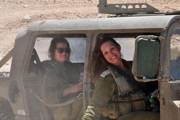 トラックで移動中の女性兵士