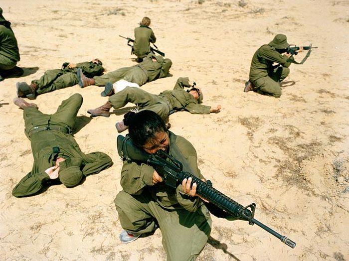 射撃訓練を行う美女 3