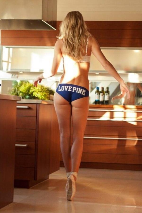 下着姿でキッチンで料理するセクシーな白人美女 46