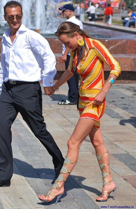 噴水で水遊びする白人の女の子 in ロシア 29