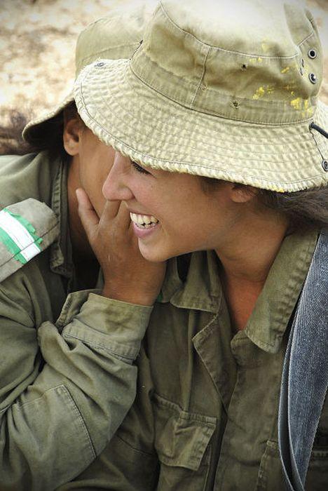 笑顔を見せるイスラエル女性