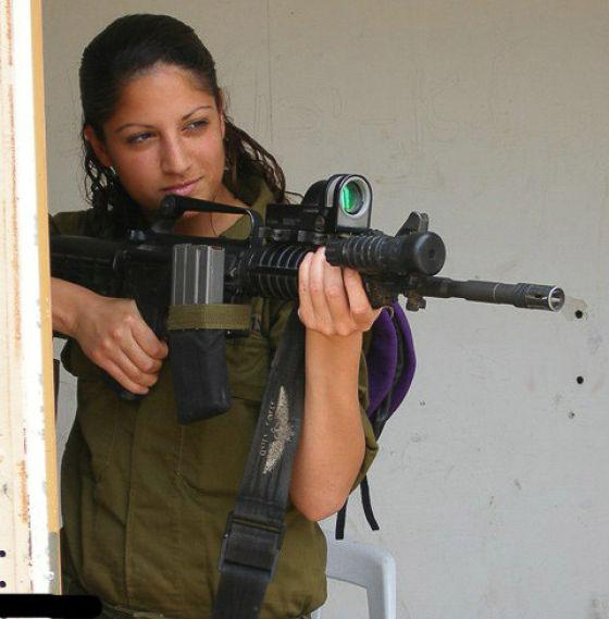 銃を構えるイスラエル女性兵士 2