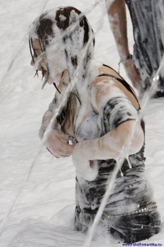 噴水で水遊びする白人の女の子 in ロシア 38