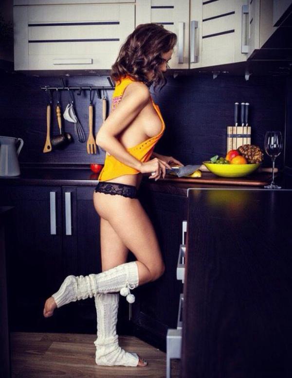 下着姿でキッチンで料理するセクシーな白人美女 27