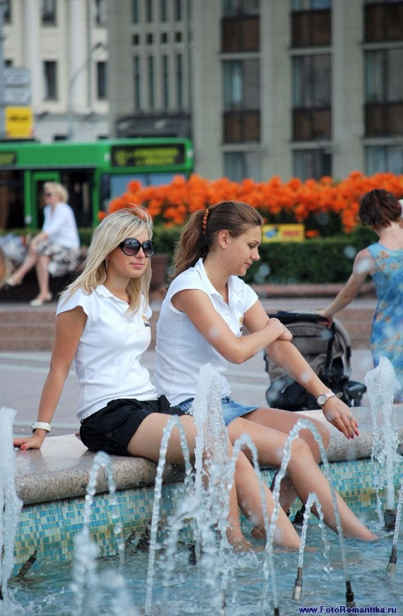 噴水で水遊びする白人の女の子 in ロシア 18