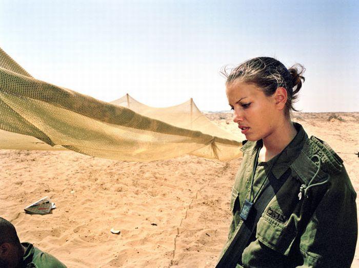 砂漠で訓練する兵士