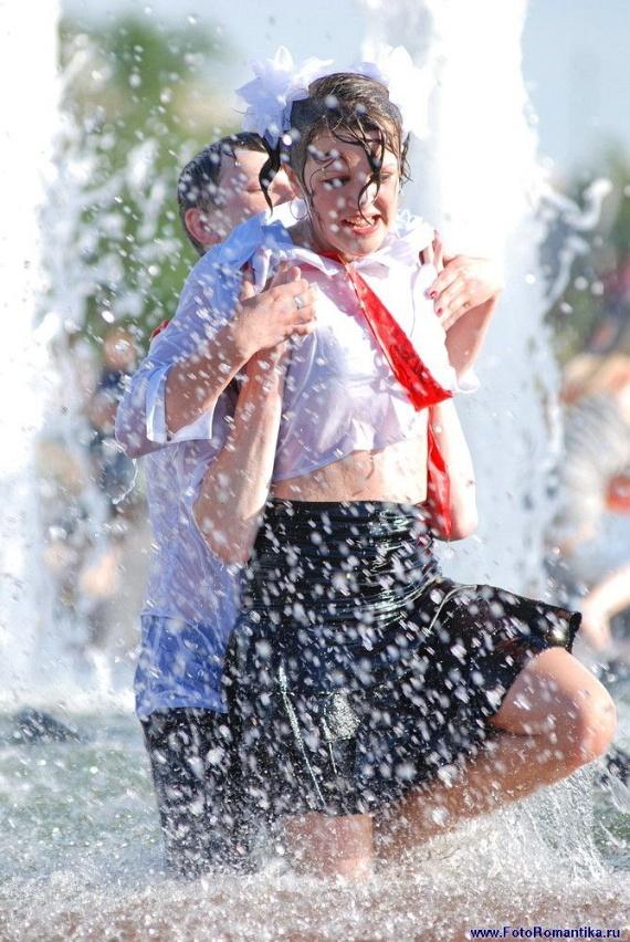 噴水で水遊びする白人の女の子 in ロシア 50