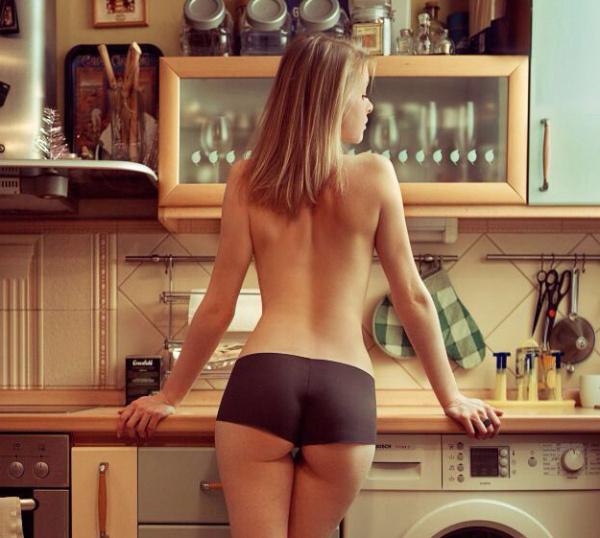 下着姿でキッチンで料理するセクシーな白人美女 1