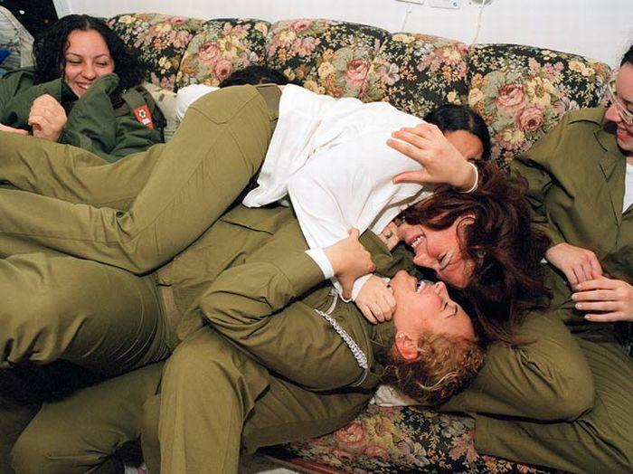 じゃれあうイスラエルの美少女達