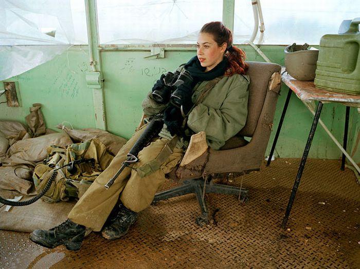 防衛監視中の女性