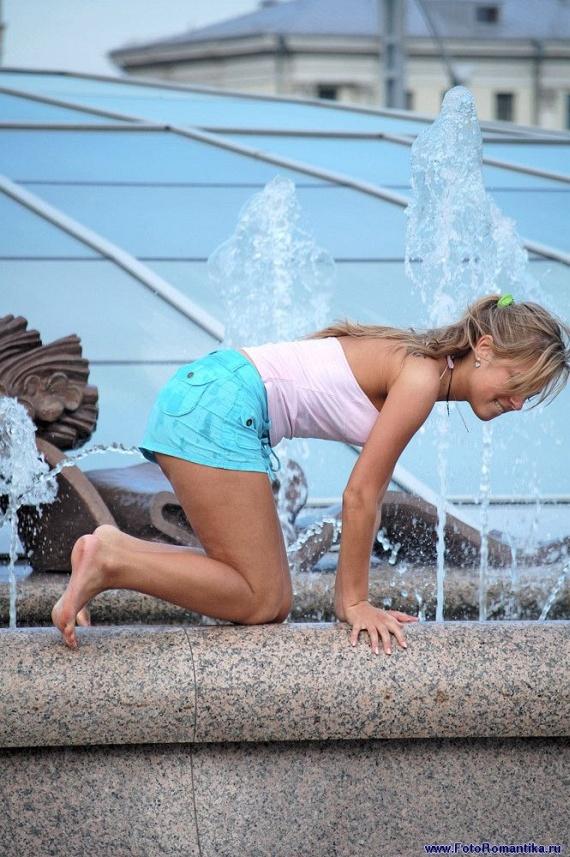 噴水で水遊びする白人の女の子 in ロシア 19