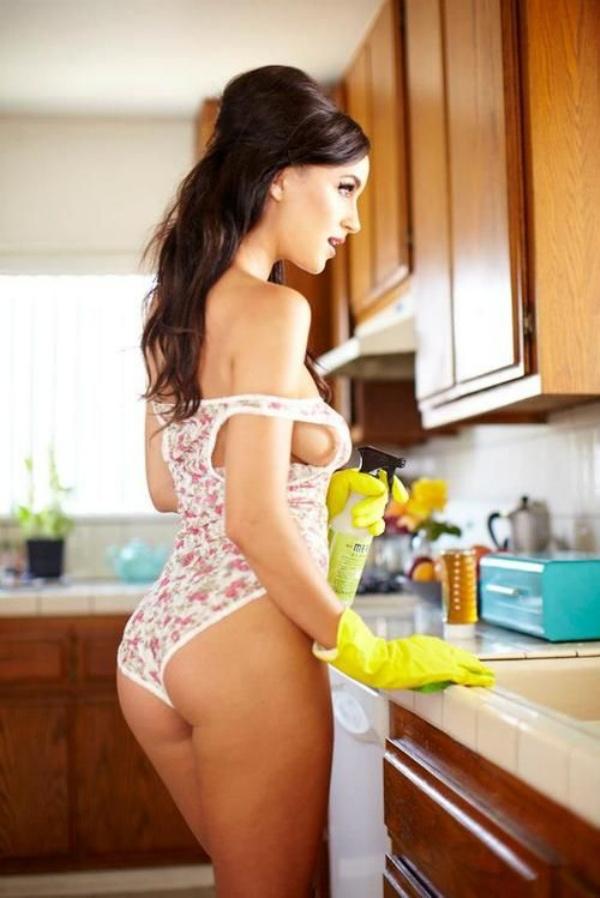 下着姿でキッチンで料理するセクシーな白人美女 41