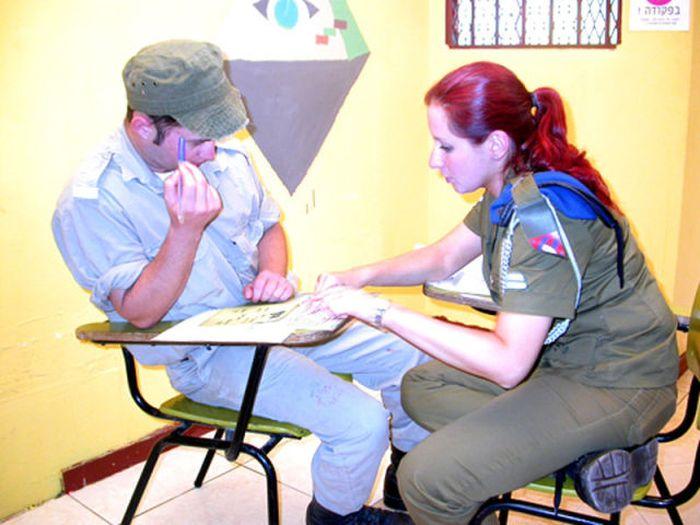 何かを指導中の女性軍人