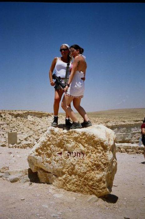私服でアサルトライフルを抱えるイスラエル女性兵士