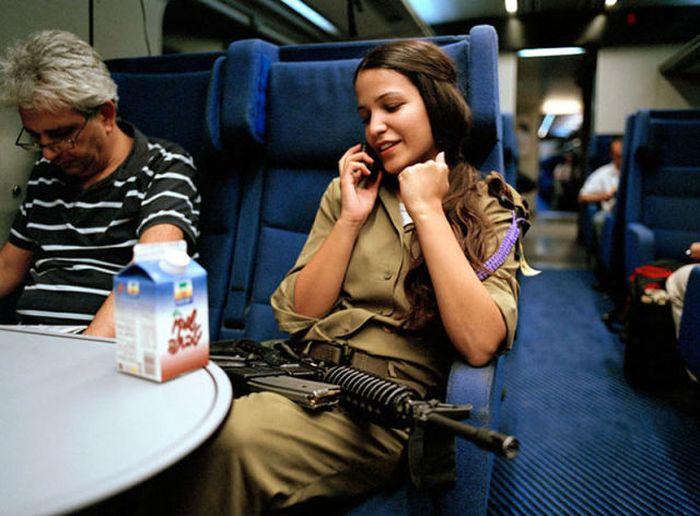 電車で会話するイスラエル女性