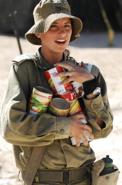 食料を運ぶイスラエル女性