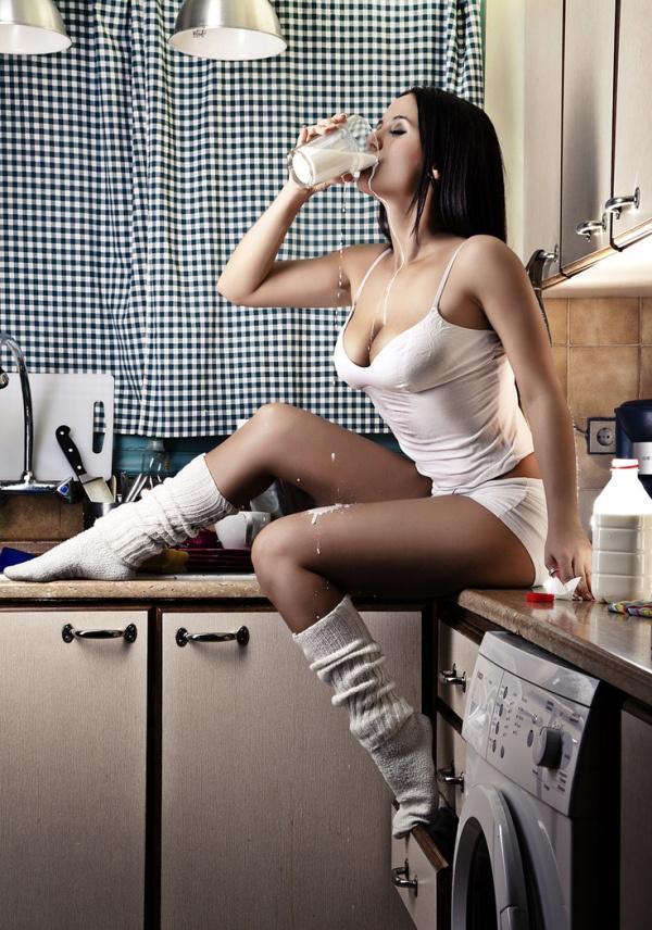 下着姿でキッチンで料理するセクシーな白人美女 11