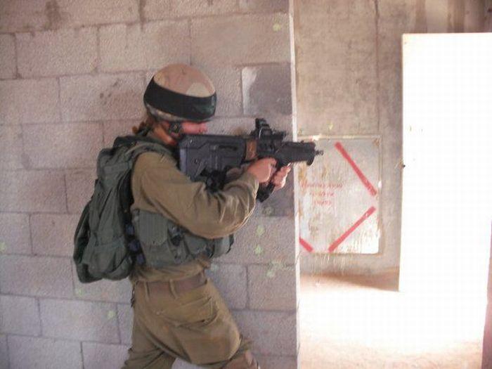 自動小銃で戦闘訓練を行う女性兵士