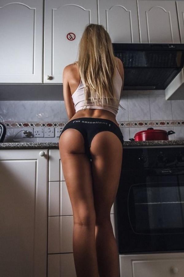 下着姿でキッチンで料理するセクシーな白人美女 32