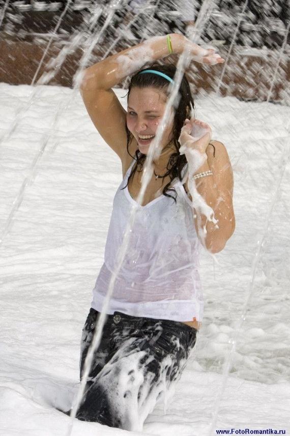 噴水で水遊びする白人の女の子 in ロシア 9