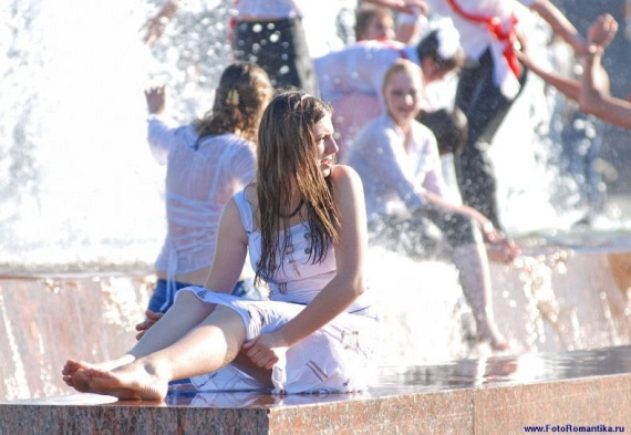 噴水で水遊びする白人の女の子 in ロシア 52