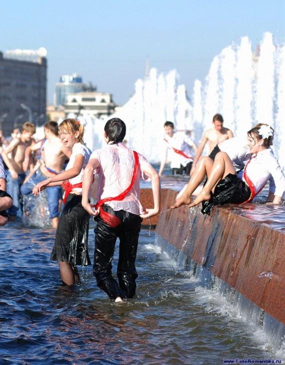 噴水で水遊びする白人の女の子 in ロシア 23