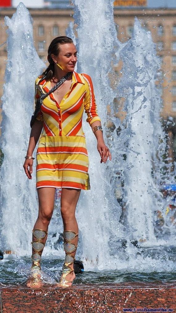 噴水で水遊びする白人の女の子 in ロシア 44