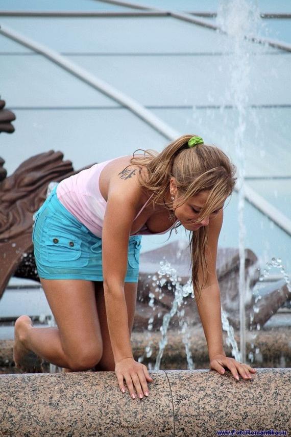 噴水で水遊びする白人の女の子 in ロシア 13