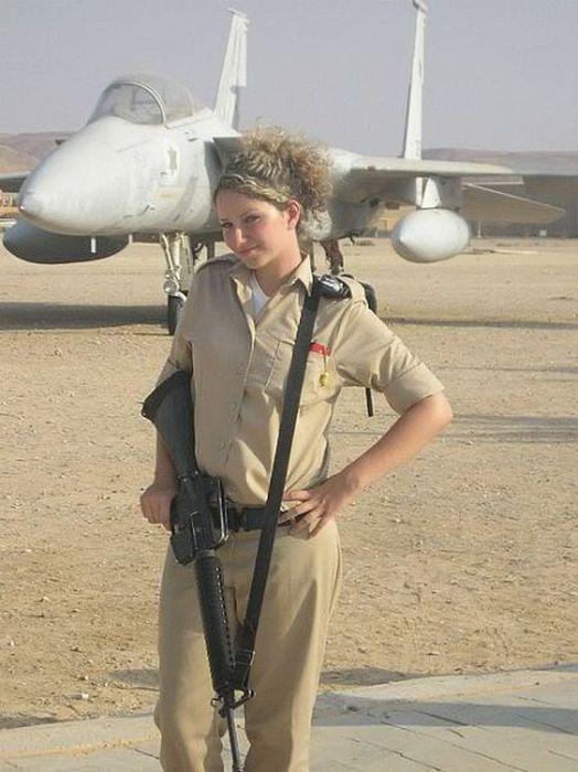 戦闘機と一緒にイスラエル美人