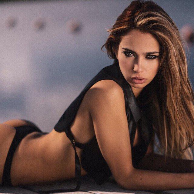 魅力的な容姿を持つ綺麗なファッションモデル Catalina