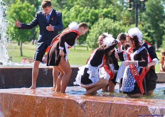 噴水で水遊びする白人の女の子 in ロシア 43