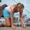 ロシアの噴水で遊ぶ女の子!水遊びでびしょ濡れセクシー